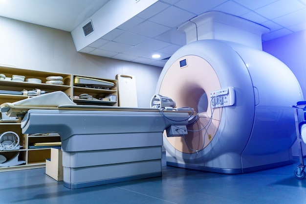 Medyczne ct lub mri lub pet scan stojące w nowoczesnym laboratorium szpitalnym. zaawansowany technologicznie i funkcjonalny sprzęt medyczny w czystym białym pomieszczeniu.