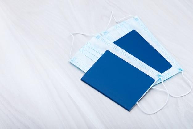 Medyczne maski chirurgiczne leżące w paszporcie. zasady dotyczące kwarantanny lub po niej