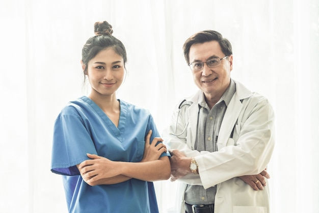 Medyczni ludzie. lekarz i pielęgniarka w szpitalu.