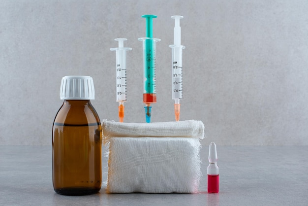 Medyczny etanol ze strzykawką na białym tle