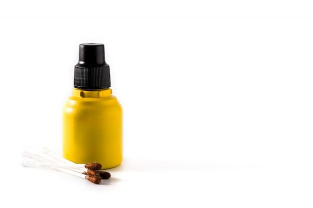 Medyczny jod w butelce i gazach na bielu