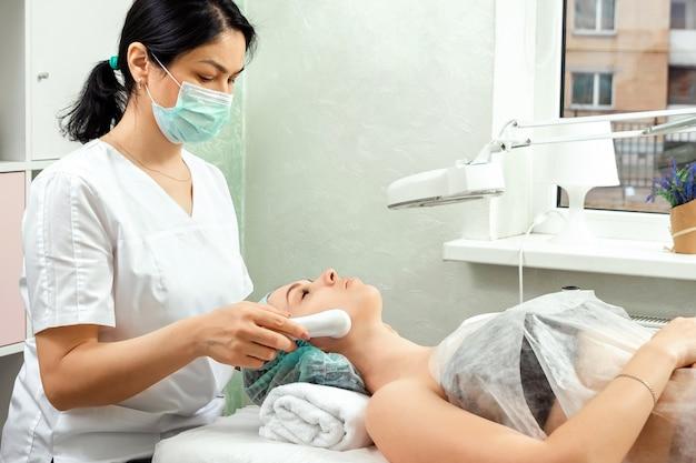 Medyczny, kosmetyczny zabieg polegający na rozświetlaniu skóry twarzy