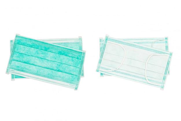 Medyczny osłaniający bandaża zielony kolor odizolowywający na białej, jednorazowej twarzy masce nad białym tłem. medyczne chirurgicznie ochronne twarzy maski z ścinek ścieżką odizolowywającą na białym ackground.