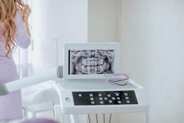 Medyczny sprzęt stomatologiczny z rtg w białej szafce