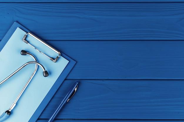 Medyczny stetoskop na klasycznego błękitnego tła odgórnym widoku