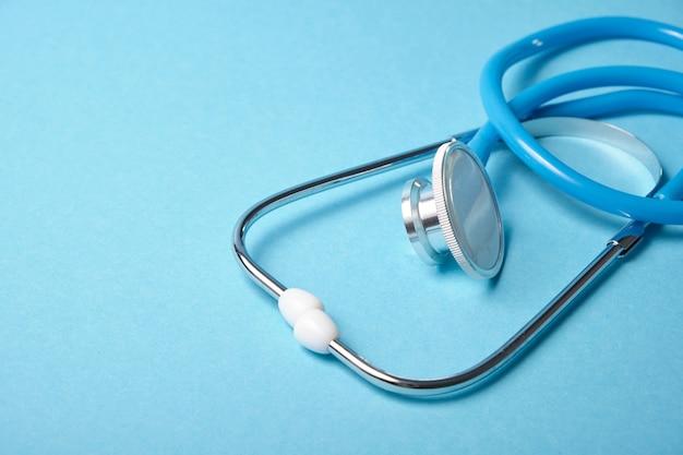 Medyczny stetoskop na niebieskiej powierzchni