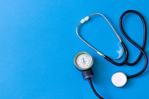 Medyczny stetoskop. pomiar bicia serca i ciśnienia.