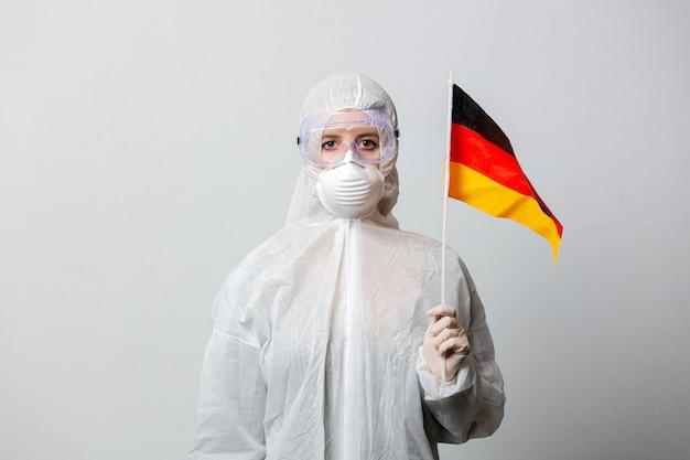 Medyk w odzieży ochronnej z niemiecką flagą