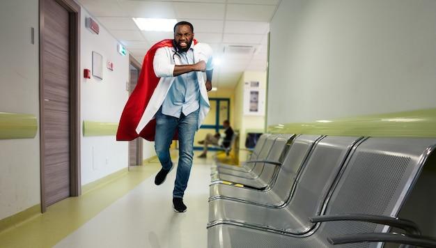 Medyk zachowuje się jak superbohater w szpitalu, walcząc z pandemią koronawirusów covid19