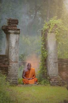Medytacja mnicha buddyjskiego. wat choeng tha to starożytna świątynia zbudowana w okresie ayutthaya.