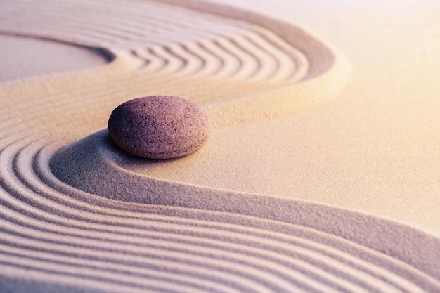Medytacja ogród zen z kamieniami na piasku, obraz stonowanych