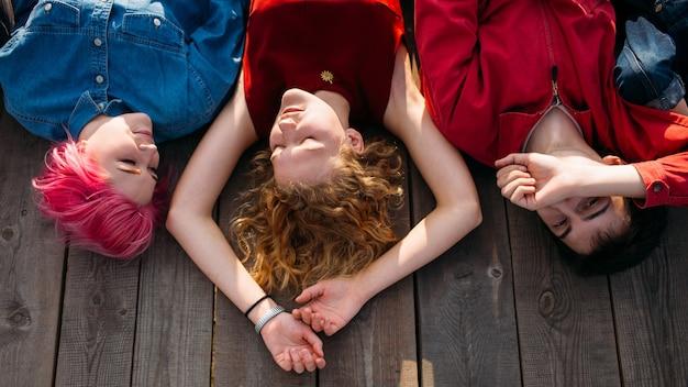 Medytacja relaksacyjna. nastolatki marzą o przyszłości. jedność duchowa. kawałek umysłu. beztroska grupa młodych, różnorodnych ludzi marzących na jawie