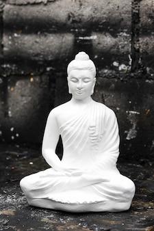 Medytując posąg buddy