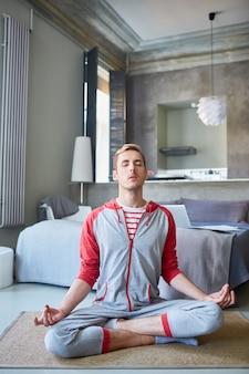 Medytuje w domu