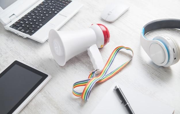 Megafon na biurku biznesowym