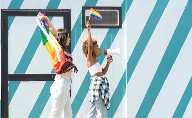 Megafon z flagą dumy gejowskiej kobiet