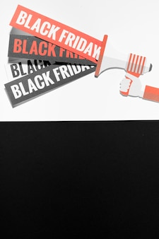 Megafon z ofertą Czarnego Piątku na kartkach papieru