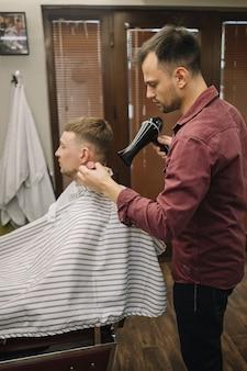 Meidum strzał koncepcji fryzjera