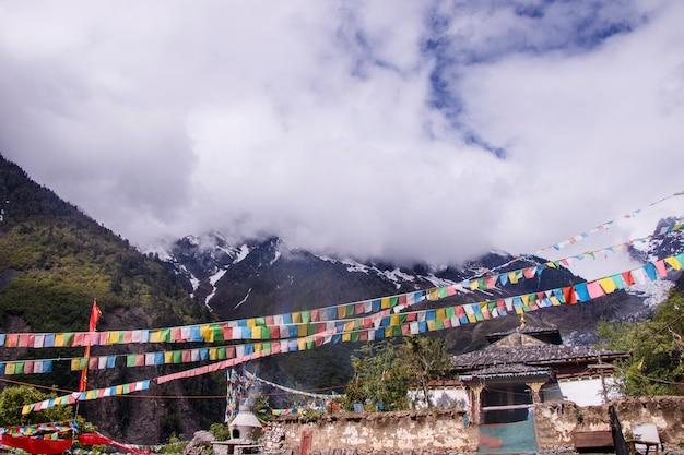 Meili snow mountain, znana również jako kawa karpo, położona w prowincji yunnan w chinach, ozdobiona kolorową flagą modlitewną