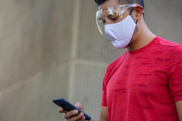 Meksykanin noszenie maski ochronnej izolacyjnej osłony twarzy