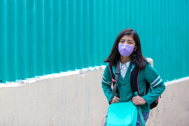 Meksykańska dziewczynka wraca do szkoły w masce po pandemii koronawirusa