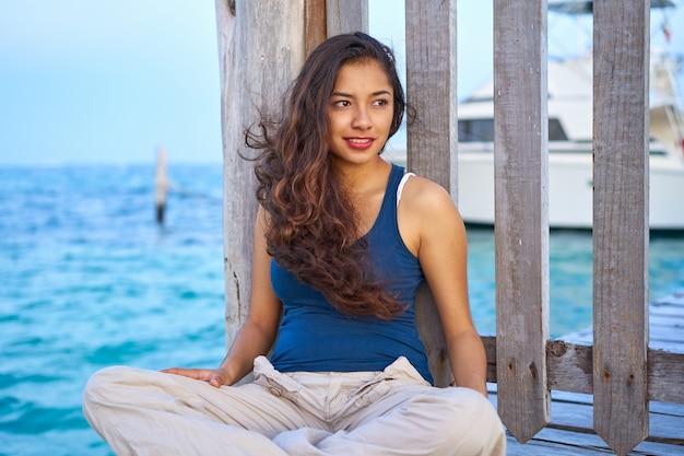 Meksykańska łacińska kobieta przy morzem karaibskim