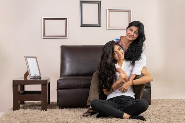 Meksykańska matka i córka przytulają się w dzień matki