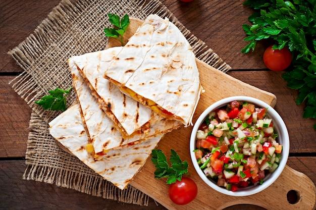 Meksykańska owijka quesadilla z kurczakiem, kukurydzą i słodką papryką i salsą
