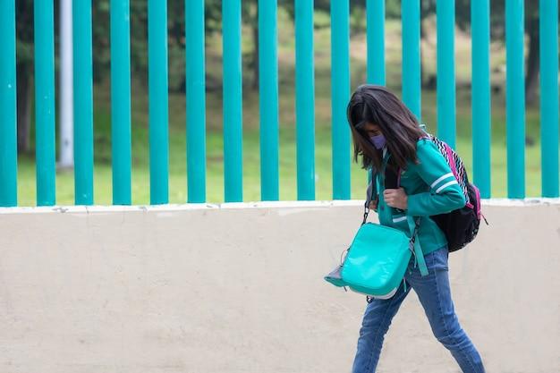 Meksykańska uczennica idzie i płacze w drodze powrotnej do szkoły po pandemii koronawirusa