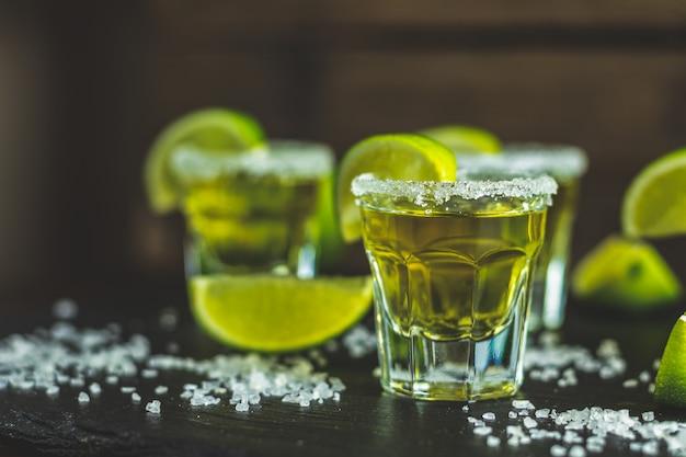 Meksykańska złota tequila zastrzelona wapnem i solą