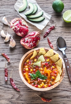 Meksykańska zupa tortilla na drewnianym stole