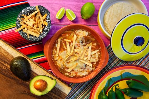 Meksykańska zupa z tortilli i aguacate