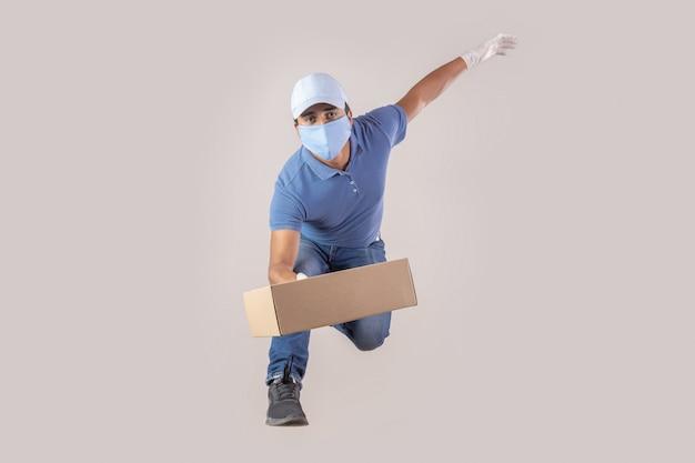 Meksykański człowiek dostawy z maską i rękawiczkami z powodu skoku pandemicznego