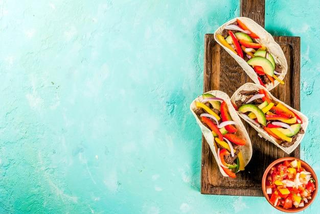 Meksykański wieprzowiny tacos na zielonym tle