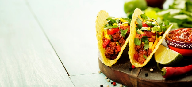 Meksykańskie chipsy nachos i tacos z mięsem, fasolą i salsą