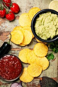 Meksykańskie chipsy nachos z domowym świeżym sosem guacamole i sal