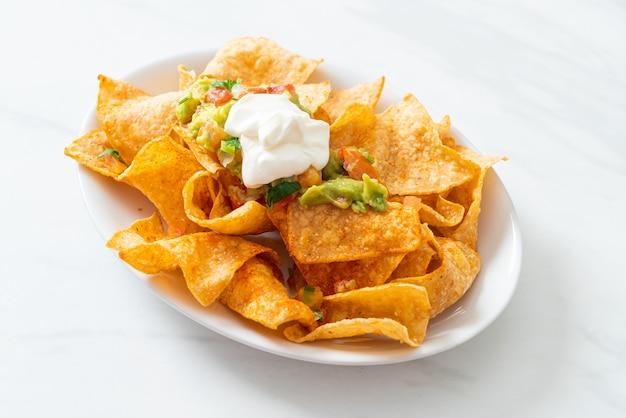 Meksykańskie chipsy tortilla nachos z jalapeno, guacamole, salsą pomidorową i dipem