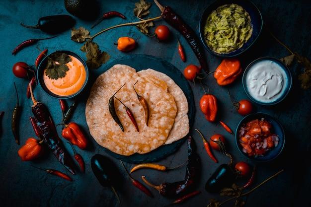 Meksykańskie ciemne jedzenie z kwaśną śmietaną guacamole i pico de gallo