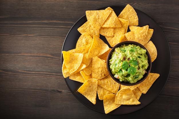 Meksykańskie dipy guacamole i chipsy nachos z tortilli