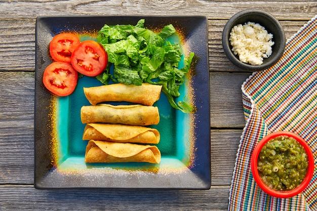 Meksykańskie flautas zawijane tacos z salsą