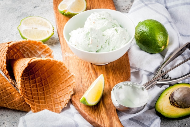 Meksykańskie jedzenie, domowe organiczne wapno i lody z awokado, z szyszkami lodów, plasterkami słodkiej tortilli. na szarym kamiennym stole copyspace