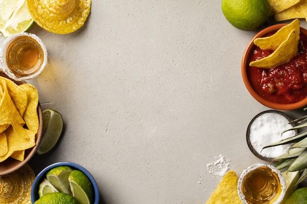 Meksykańskie jedzenie i strzały tequili, płaskie ułożenie
