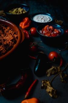 Meksykańskie jedzenie mięso wieprzowe i pico de gallo kwaśna śmietana i guacamole