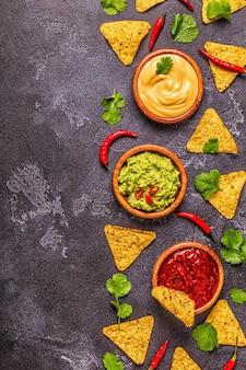 Meksykańskie jedzenie w tle guacamole salsa serowe sosy