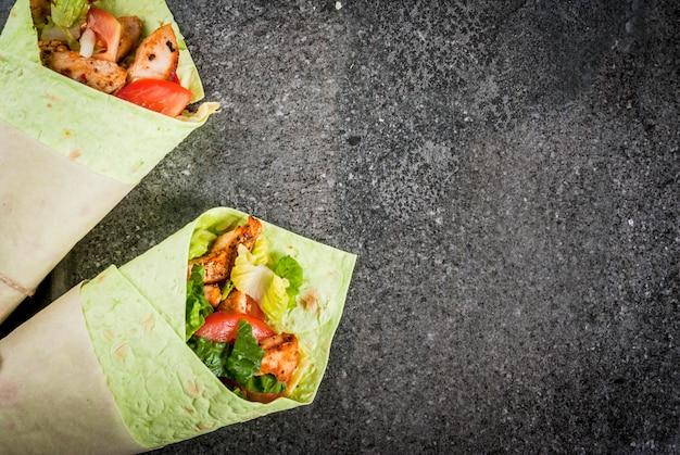 Meksykańskie jedzenie. zdrowe odżywianie. zawiń kanapkę