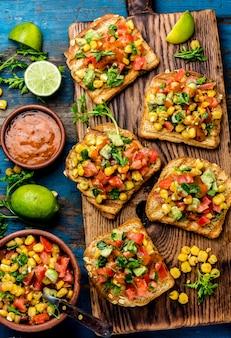 Meksykańskie kanapki w stylu latynoamerykańskim.