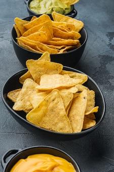Meksykańskie nachos z sosem na szarym stole