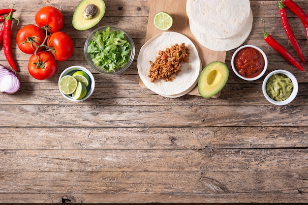 Meksykańskie składniki tacos na drewnianym stole