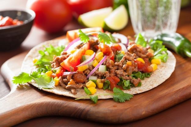 Meksykańskie taco z wołową pomidorową salsą kukurydzianą