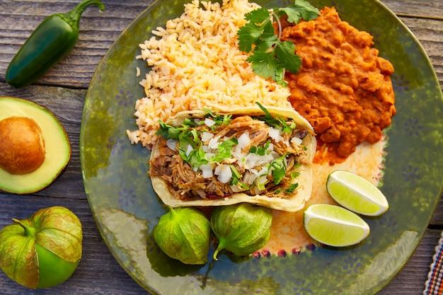Meksykańskie tacos carnitas z salsą
